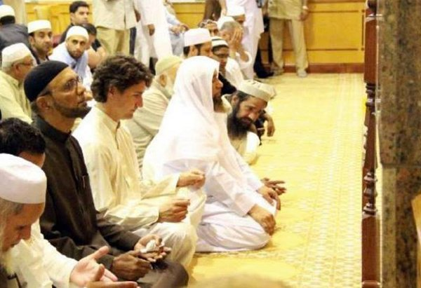 justin-trudeau-praying-in-mosque