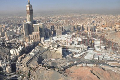 The expansion project in October 2013. The Sacred Mosque is in the center; the Makkah Royal Clock Tower hotel is on the left.