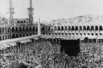 People gathered around the Kaaba in March 1967.
