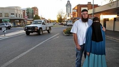 Muslim convert Mohammad Carson and his wife, Ferna, in the centre of Young. Source: News Corp Australia