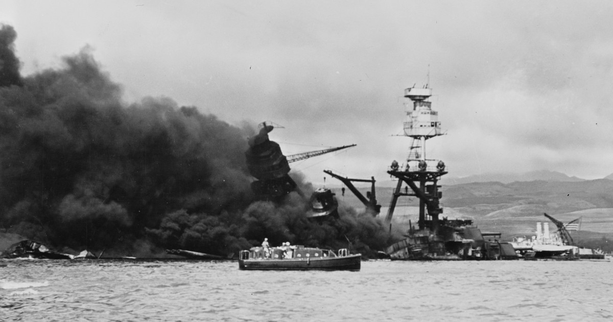 USS_Arizona_sinking_2
