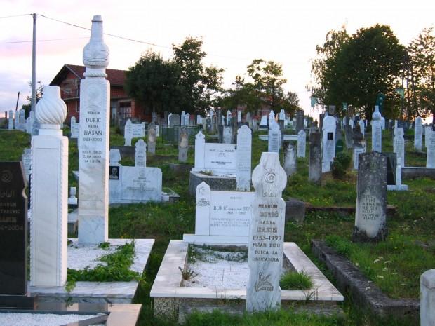 Muslim_cemetery_near_Cazin,_Bosnia-Herzegovina