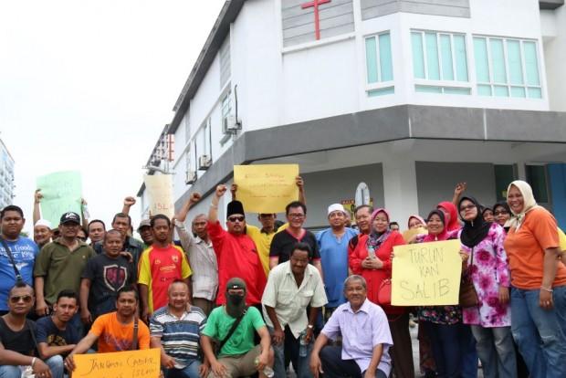Muslims protest cross on church - Malaysia