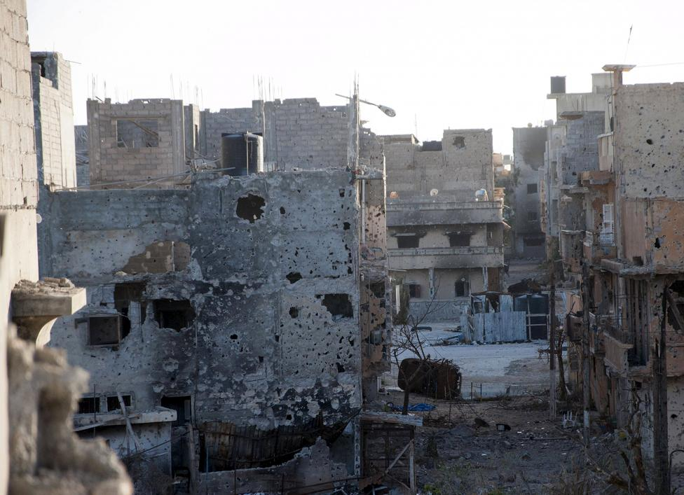 A general view of homes damaged after clashes between members of the Libyan pro-government forces, backed by the locals, and Shura Council of Libyan Revolutionaries, an alliance of former anti-Gaddafi rebels who have joined forces with Islamist group Ansar al-Sharia, in Benghazi April 1, 2015. REUTERS/Stringer