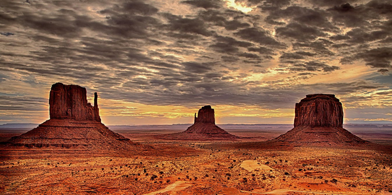 Monument-Valley-cloudy-sky